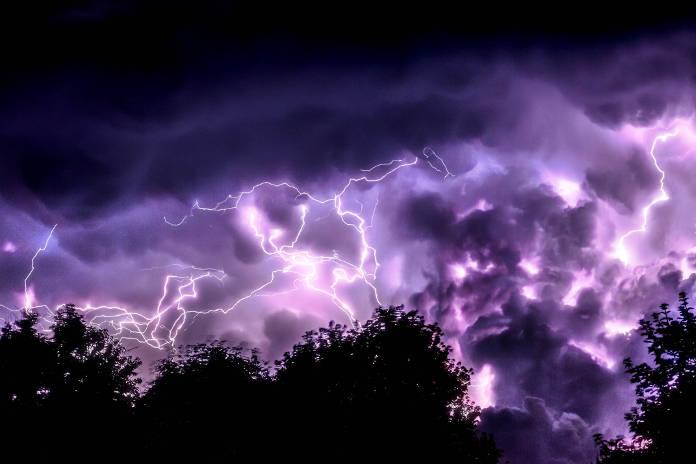 tormenta eléctrica nocturna sobre un oscuro bosque